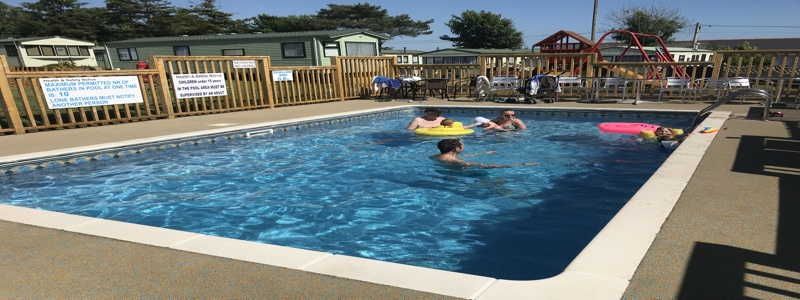 Heated outdoor pool, caravan park
